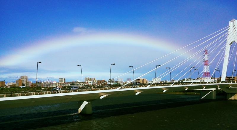 大師橋の向こうに虹♪ 多摩川濁りまくり。