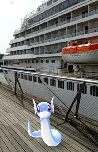大桟橋デッキで飛鳥Ⅱとミニリュウ