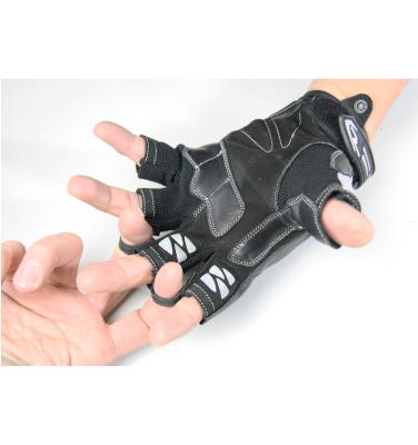 指の間にグローブの着脱が素早く行えるイージー着脱ループを採用。