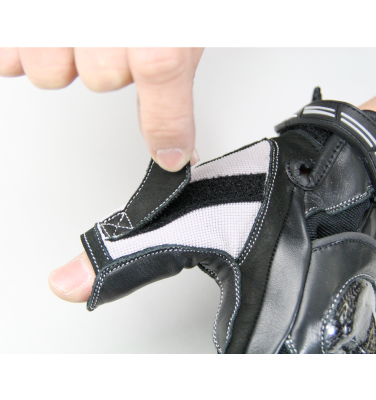 親指の指先の露出を微調整できるべルクロフラップを採用。