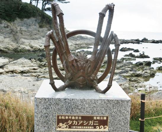 タカアシガニ像